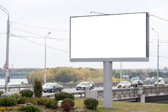Leere große Anschlagtafel nahe bei der Brücke, wohin die Autos sich bewegen stockfotografie