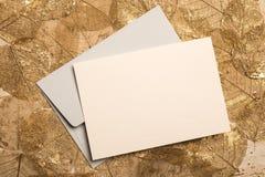 Leere Gruß-oder Einladungs-Karte auf getrockneten Blättern Lizenzfreies Stockfoto