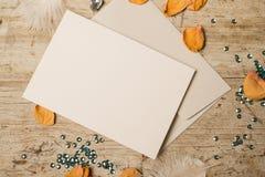 Leere Gruß-oder Einladungs-Karte mit den Blumenblättern und den Pailletten Lizenzfreie Stockbilder