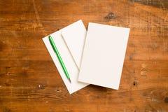 Leere Gruß-oder Einladungs-Karte und grüner Schreibens-Stift Lizenzfreies Stockbild