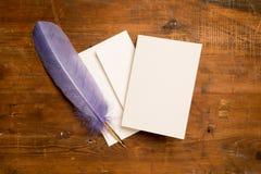 Leere Gruß-oder Einladungs-Karte und purpurrote Spule Stockfotos
