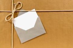 Leere Grußkarte, Adressen-Etikett, Papierpakethintergrund, Kopienraum Stockfotografie