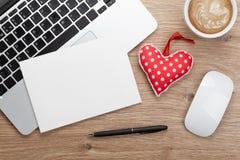 Leere Grußkarte des Valentinstags und Spielzeugherz stockfotografie