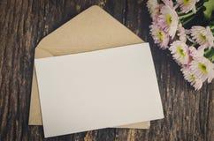 Leere Grußkarte mit braunem Umschlag Stockfotografie