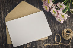 Leere Grußkarte mit braunem Umschlag Stockbild