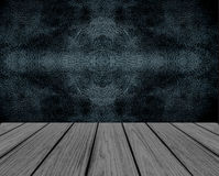 Leere hölzerne Perspektiven-Plattform mit schwarzer nahtloser Muster-Leder-Wand-Hintergrund-Beschaffenheit im Weinlese-Art-Raum-I Stockfotos