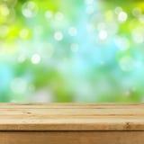 Leere hölzerne Plattformtabelle über unscharfem bokeh Naturhintergrund Stockfotos