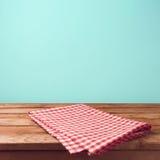 Leere hölzerne Plattformtabelle und -ROT überprüften Tischdecke Lizenzfreie Stockbilder