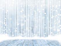Leere hölzerne Plattformtischplatte bereit zur Produktanzeigenmontage mit Eisholzverkleidungshintergrund stockbild