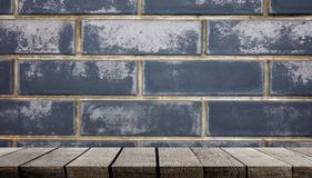 Leere hölzerne Regale mit Blockwand für Anzeige Lizenzfreies Stockfoto