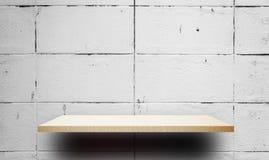 Leere hölzerne Regale mit weißer Wand für Produktanzeige Stockbilder