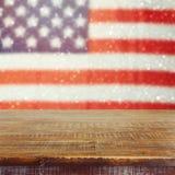 Leere hölzerne rustikale Tabelle über USA kennzeichnen bokeh Hintergrund USA-Nationalfeiertaghintergrund von Juli-Feier Lizenzfreie Stockfotos