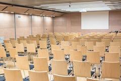 Leere hölzerne Sitze in einem cotmporary Vorlesungssal stockbilder