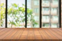 Leere hölzerne Tabelle auf unscharfem Hintergrundkopienraum für Montage Ihr Produkt oder Entwurf, leeres braunes Brett mit abstra lizenzfreie stockfotografie