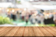 Leere hölzerne Tabelle auf unscharfem Hintergrundkopienraum für Montage Ihr Produkt oder Entwurf, leeres braunes Brett mit abstra stockfoto