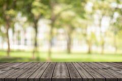Leere hölzerne Tabelle auf unscharfem Hintergrundkopienraum für Montage Ihr Produkt oder Entwurf, leeres braunes Brett mit abstra stockbilder