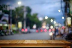 Leere hölzerne Tabelle mit Stadtnachthintergrund Stockfotografie