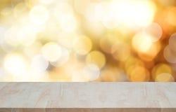 Leere hölzerne Tischplatte auf bokeh Licht-Weihnachtshintergrund Stockfotos
