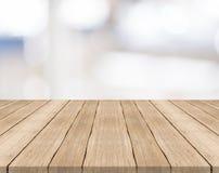 Leere hölzerne Tischplatte auf Weiß unscharfem Hintergrund lizenzfreies stockbild
