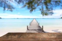 Leere hölzerne Tischplatte und blauer Himmel mit Meerblickhintergrund Stockfotos