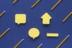 Leere Haftnotizanmerkungen umgeben durch Bleistifte lizenzfreie stockfotos