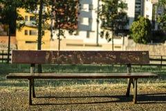 Leere Holzbank auf städtischen Möbeln noch Stockbild