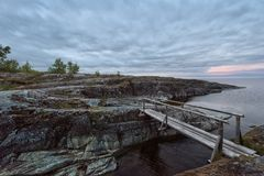 Leere Holzbrücke bei schwermütigem Sonnenuntergang Lizenzfreie Stockfotografie