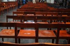 Leere Holzstühle in den Reihen Stockbilder