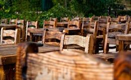 Leere Holzstühle und Tabellen Stockbild