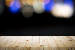 Leere Holztischplattform auf bokeh an nah Stockfoto