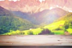 Leere Holztischplattform für Montageproduktanzeige oder Designschlüsselsichtplan Stockfoto