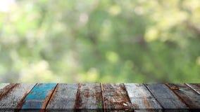 Leere Holztischschablone auf die Oberseite mit dem Naturgr?nhintergrund, der mit windigem ?ber beeinflussenden B?umen f?r Montage stock video