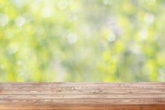 Leere Holztischspitze auf unscharfem Frühlingshintergrund mit bokeh stockbilder