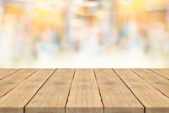 Leere Holztischspitze auf unscharfem Hintergrund am Einkaufszentrum Lizenzfreie Stockfotografie