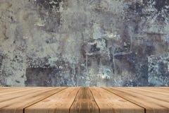 Leere Holztischspitze an der Betonmauer - kann für displa verwendet werden Lizenzfreie Stockbilder