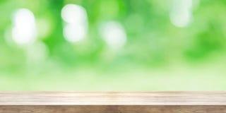Leere Holztischspitze mit unscharfem grünem natürlichem abstraktem backg stockbilder