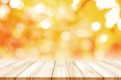 Leere Holztischspitze mit unscharfem Herbstzusammenfassungshintergrund lizenzfreie stockfotos