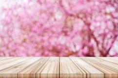 Leere Holztischspitze mit unscharfer rosa Kirsche oder Kirsche-blosso stockfotografie