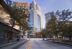 Leere im Stadtzentrum gelegene Stadt-Straße in Pittsburgh, PA lizenzfreie stockbilder