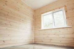 Leere Innen-, hölzerne Wände und helles Fenster Stockbilder