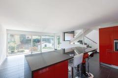 Leere Innenküche des modernen Hauses, Esszimmer stockfotografie