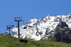 Leere Kabelbahn und Kaukasus-Berge Stockbild