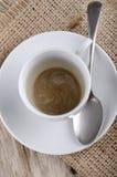 Leere Kaffeetasse mit einem Löffel Stockbild