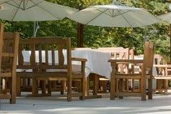 Leere Kaffeeterrasse mit Tabellen und Stühlen ein im Freien lizenzfreies stockbild