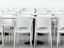 Leere Kantine mit modernen angeredeten weißen Stühlen Stockfotos
