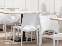 Leere Kantine mit weißen Stühlen stockbild