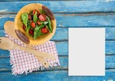 Leere Karte auf blauem hölzernem Schreibtisch mit Lebensmittel Lizenzfreie Stockfotografie