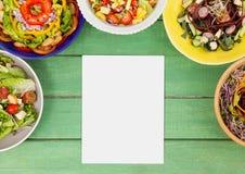 Leere Karte auf grünem hölzernem Schreibtisch mit Lebensmittel Lizenzfreie Stockfotografie