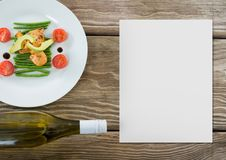Leere Karte auf hölzernem Schreibtisch mit Lebensmittel Stockbilder