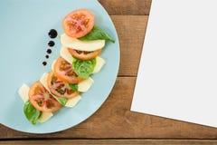 Leere Karte auf hölzernem Schreibtisch mit Lebensmittel Stockfotos
